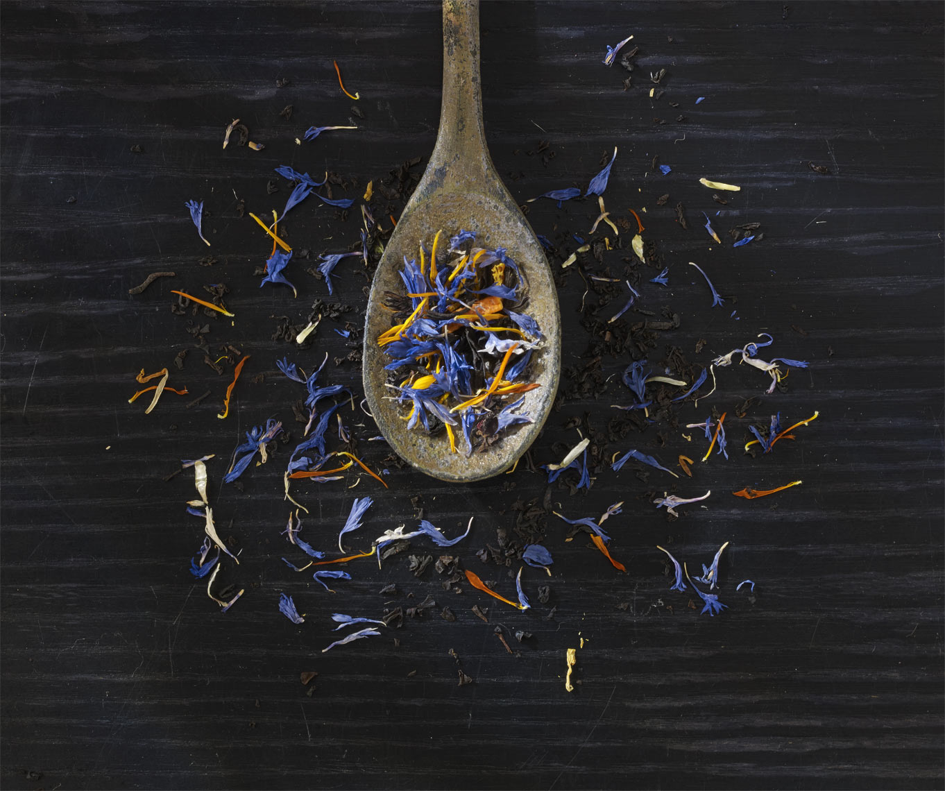 Earl-Grey-tea-leaves-on-spoon